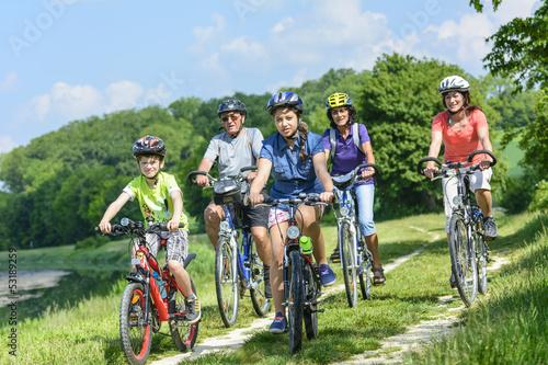Papiers peints Cyclisme Jung und alt beim Radfahren