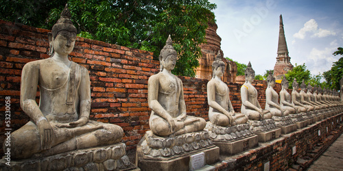 Fotografia Row of buddha statues in Ayutthaya province of Thailand