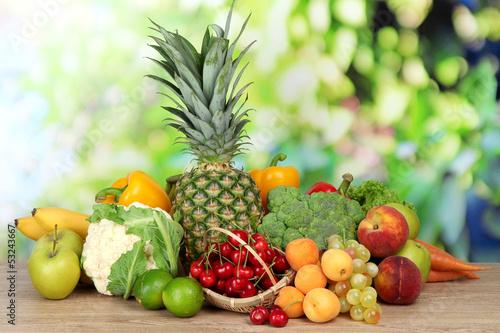asortyment-swiezych-owocow-i-warzyw-na-naturalnym-tle