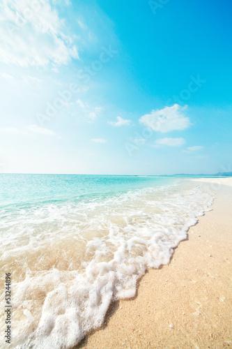Fotobehang - ビーチに打ち寄せる波