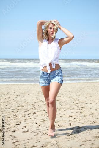 Blondine am strand
