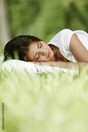 Photo  Woman sleeping on grass