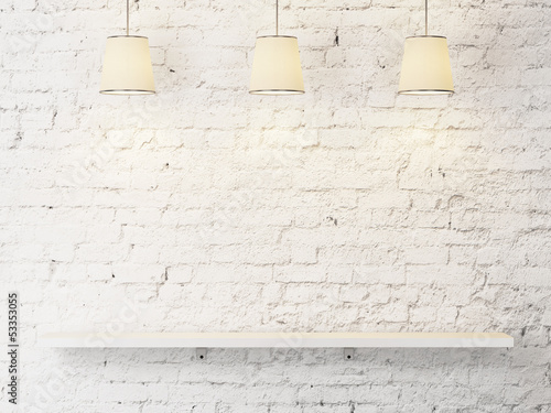 Fotografía  white brick wall with shelf and lamps