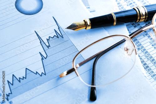 Fotografering  fondo de finanzas y economia.Estadisticas,graficos y gafas