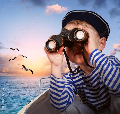Fotografía  Sailor boy with binoculars in the boat
