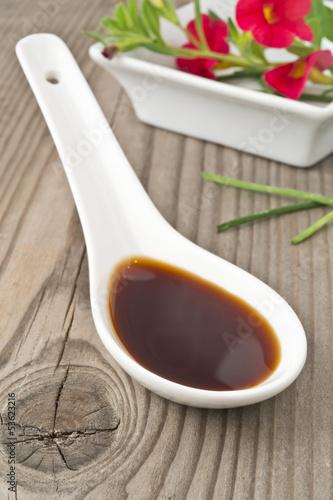 Fotografía  salsa di soia su legno