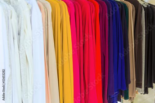 Foto op Plexiglas Dragen Kleider in einem Modegeschäft