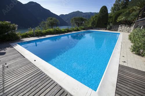 Valokuva  giardino con piscina