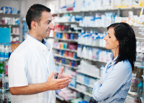 Tuinposter Apotheek The pharmacist resolves all doubts of his client