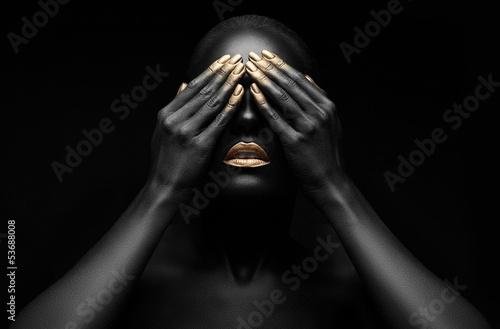 piękna czarna dziewczyna z złoty makijaż