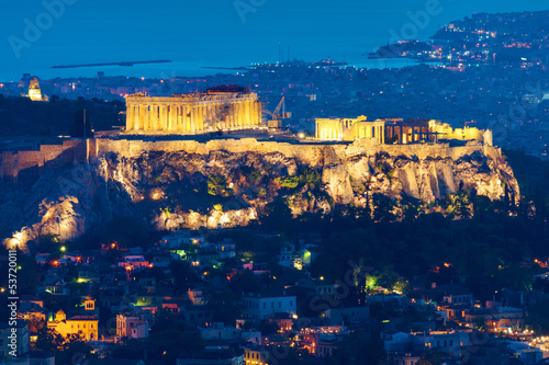 In de dag Athene The Acropolis in Athens, Greece, at night