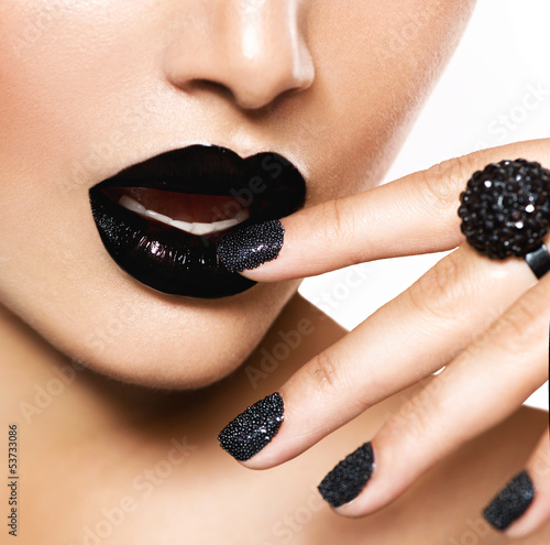 Autocollant pour porte Fashion Lips Trendy Black Caviar Manicure and Black Lips. Fashion Makeup