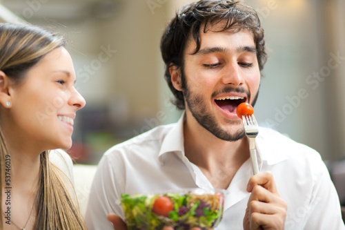 Photo  Lovely couple eating a salad