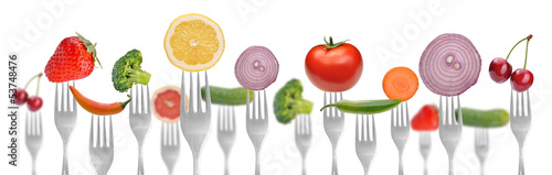 In de dag Verse groenten diet concept.vegetables and fruits on the collection of forks