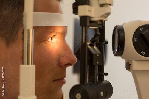 Fotografía  Patient at slit lamp of optician or optometrist