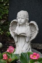 Betender Engel Auf Einem Grab ...