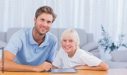 Foto op Aluminium Hoogte schaal Father and his son using tablet