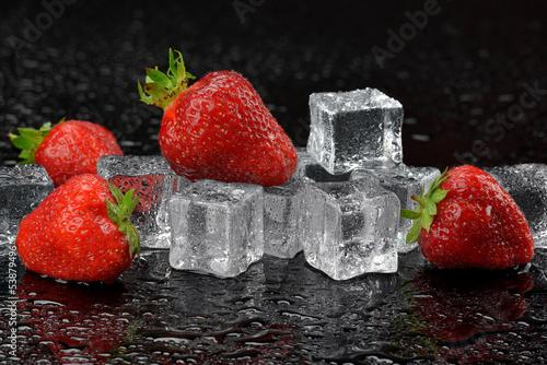 Foto op Aluminium Vruchten Truskawki z lodem