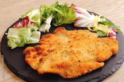 Fotografía  Pollo empanado con ensalada