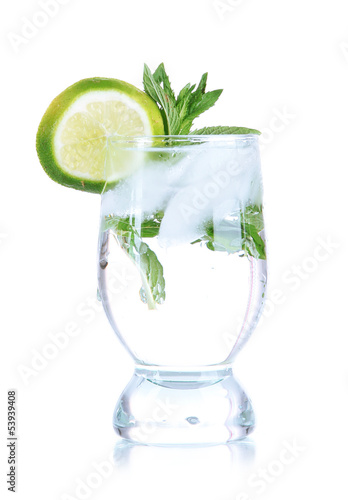 Poster Opspattend water Glass of cocktail with ice isolated on white