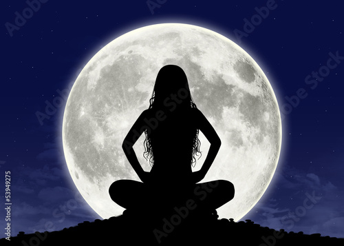 Valokuva young woman in meditation at the full moon