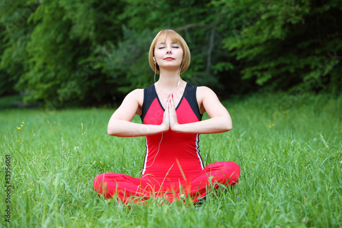 Photo  young woman outdoor meditation