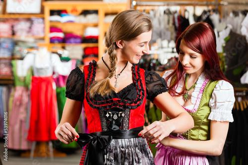 Fotografía  Frau probiert Tracht oder Dirndl in einer Boutique an