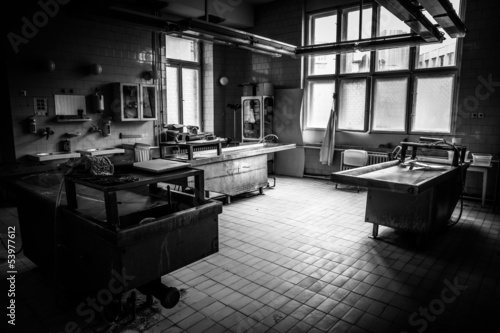 Photo an autopsy room interior low light