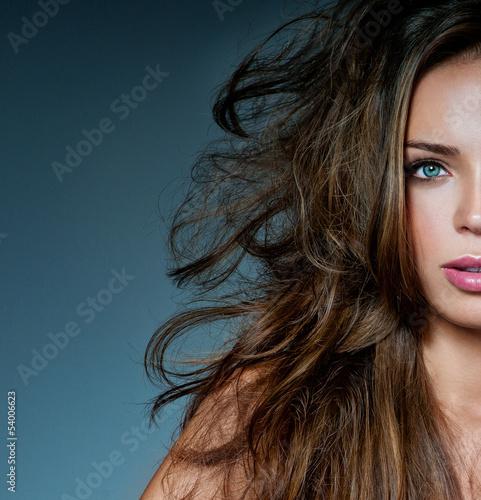 piekna-brunetka-z-pieknymi-wlosami