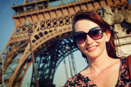 Photo  Young attractive woman against Eiffel Tower, Paris, France