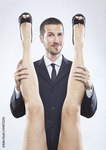 mlody-biznesmen-trzyma-nogi-kobiety-humorystyczna-scena-seksu