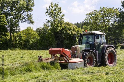 Photo  Heuernte, Traktor mit Frontmäher