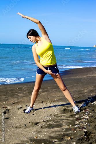Plakat Kobiety rozciąganie na plaży po biegać