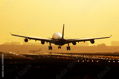 Photo Airplane sunrise landing