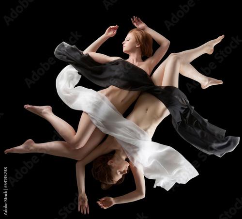 pojecie-yin-i-yang-zmyslowe-dziewczyny-stwarzajace-nago