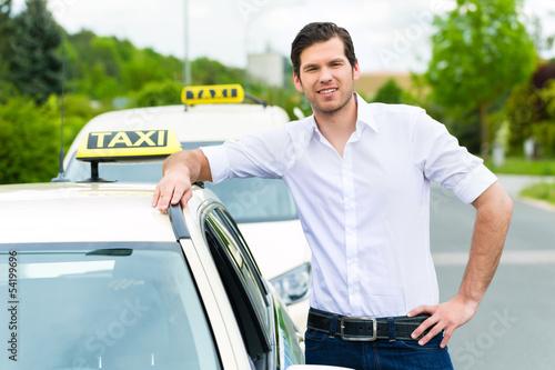 Fotomural Taxifahrer neben Taxi wartet auf Kunden