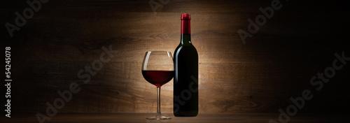 zielona butelka z czerwonego wina i szkła na panoramę drewna