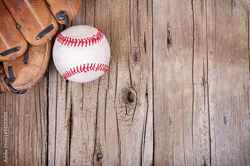 baseball-i-rekawica-na-drewniane-tla