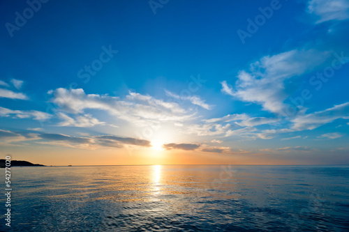 Obraz sunrise over the sea - fototapety do salonu