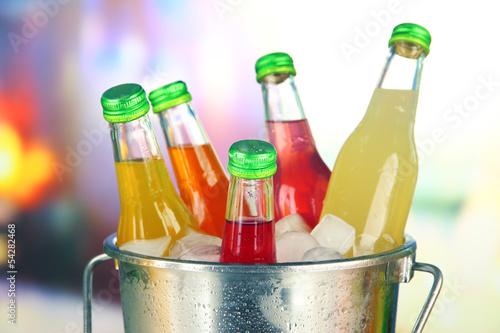 butelki-z-smacznymi-napojami-w-wiaderku-z-kostkami-lodu-w-jasnym