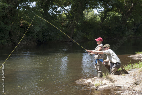 In de dag Vissen Fly fishing gillie instructing a pupil River Lyd Devon UK