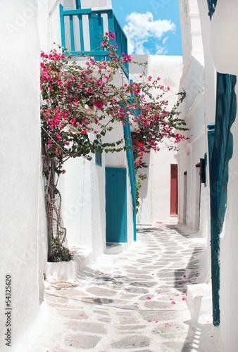 tradycyjna-grecka-aleja-na-mykonos-wyspie-grecja
