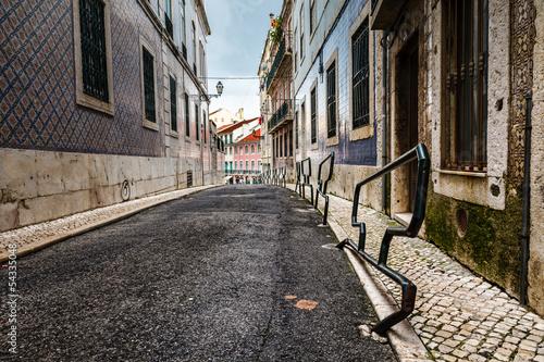 waska-ulica-w-dzielnicy-alfama-w-srodkowej-portugalii-portuga