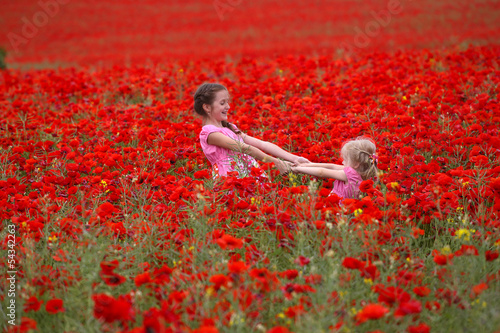 Ingelijste posters Rood traf. girls with poppies