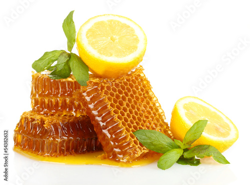 Photo  sweet honeycombs with lemon and mint, isolated on white