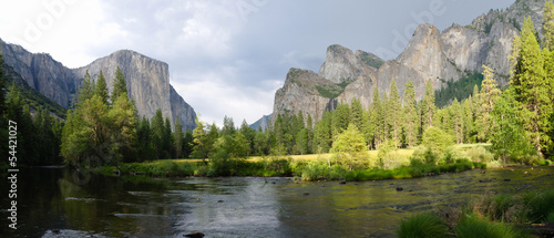 Photo  Panoramic view of Merced River in Yosemite National Park.