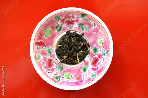 Photo  Jasmine flower tea leaves on colorful Peranakan style plate