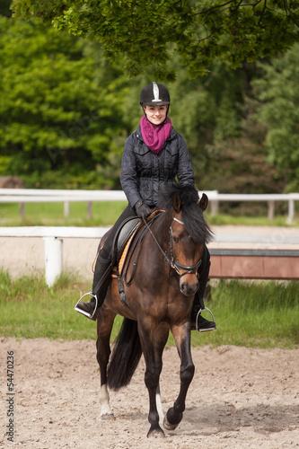 Papiers peints Equitation Mädchen reitet auf ihrem Pferd