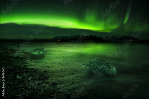 Photo  Aurora polaris above water