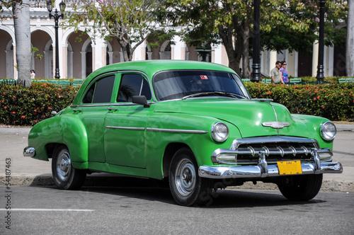 Türaufkleber Schnelle Autos old car on street in Cuba